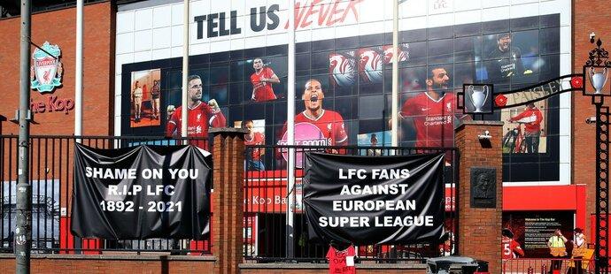 Protest fanoušků Liverpoolu proti projektu Superligy přímo u stadionu