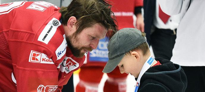 Petr Vrána se synem po vítězném pátém utkání finálové série s Libercem
