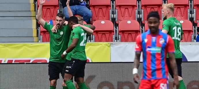 Příbramští fotbalisté se radují z branky v utkání proti Plzni