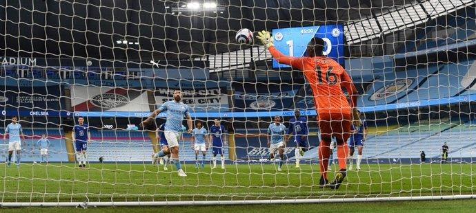 Sergio Agüero mohl poslat City do vedení 2:0, penaltu ale neproměnil...