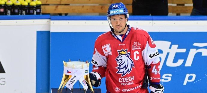 Kapitán Jan Kovář převzal po výhře nad Ruskem trofej pro vítěze Českých hokejových her