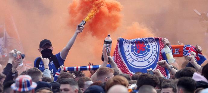 Podnapilí fanoušci Rangers slavili divoce titul. Šplhali po lampách, mlátili se lahvemi, odpalovali pyrotechniku.