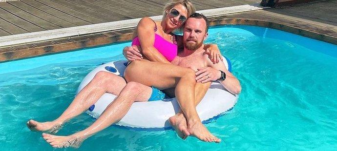 Filip Pešán s manželkou Lucií si užívají pohodu u bazénu.