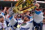 Marek Čiliak se raduje s mistrovským pohárem poté, co Kometa obhájila extraligový triumf