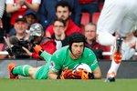 Petr Čech zasahuje v duelu Arsenalu s Evertonem, který londýnský klub zvládl 2:0