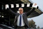 Claudio Ranieri pózuje na stadionu Fulhamu po příchodu do aktuálně posledního týmu tabulky