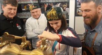 Stříbrná Sáblíková čepovala pivo a dostala dárek od bláznivého fanouška