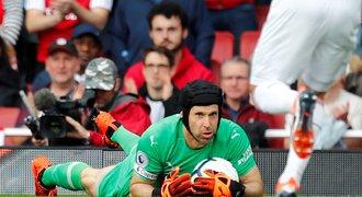 Čech pomohl Arsenalu čistým kontem, Chelsea ztratila. Vydra zazářil