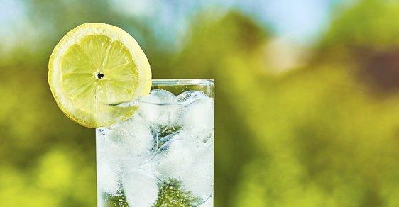 Na neochucené vodě s citronem, ač je perlivá není nic zdraví nebezpečného.