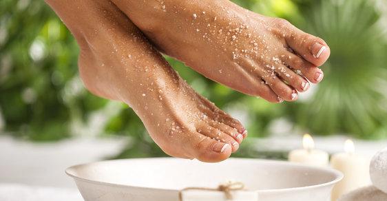 Domácí pedikúra: Jak důkladně připravit nohy na nošení sandálků?