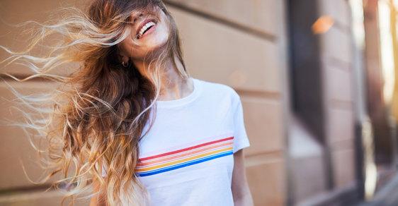 Jaké chování žen muže nejvíc přitahuje? Laskavost, upřímnost i rozpuštěné vlasy!