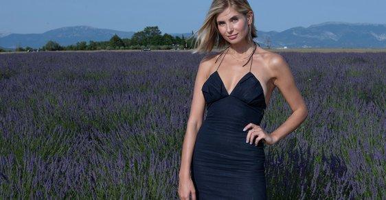 Módní influencerka Xenia Adonts na módní přehlídce Jacquemus v Provence
