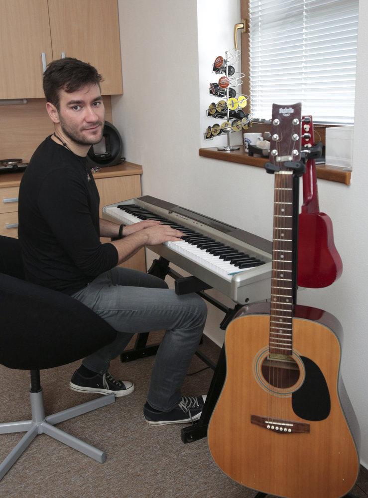 V jeho bytě na Šumavě nechybí hudební instrumenty.