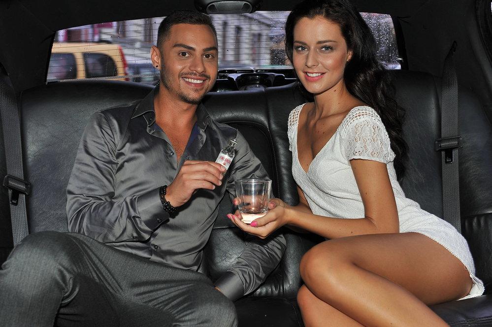 Modelka si jízdu v limuzíně užila.