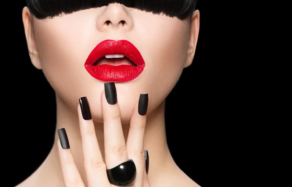 Matné, hříšné a v několika tónech, tyto trendy v lacích na nehty nás baví