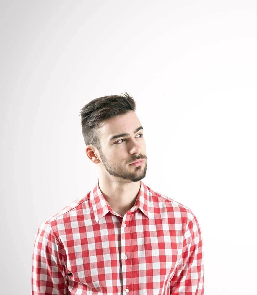 Ke kostkované košili patří jedině jednobarevné kalhoty či šortky.