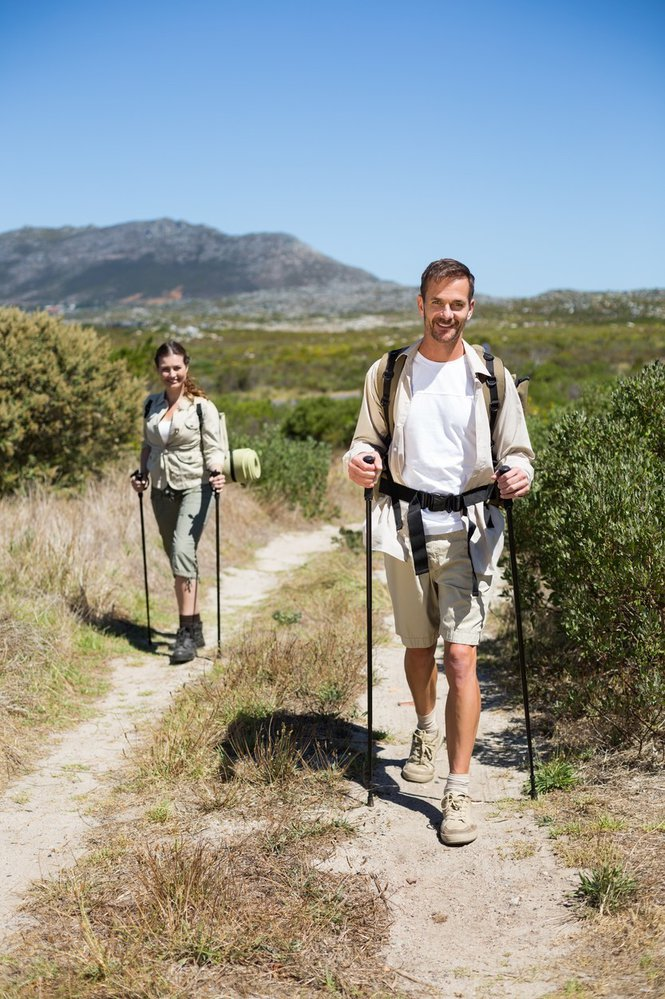 Kromě klasické chůze můžete zkusit i nordic walking s holemi.