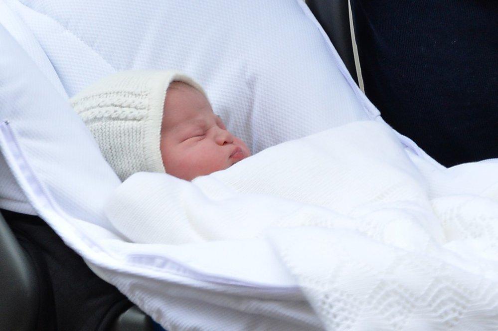 Překrásná druhorozená dcera Kate a Williama první setkání s veřejností prospala