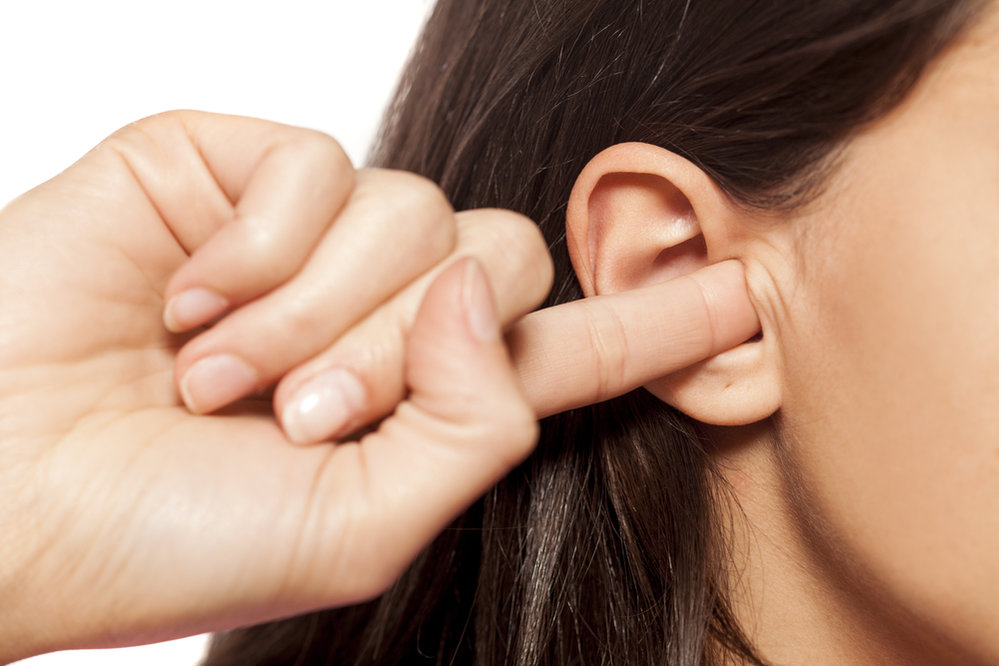 Nikdy byste si neměli sahat do ucha, mohli byste si poranit zvukovod.