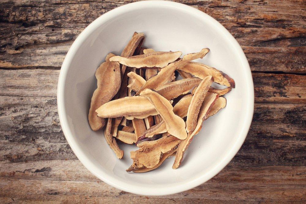 Houby Reishi. Tato čínská houba je u nás známá také jako lesklokorka lesklá anebo houba nesmrtelnosti. Není se čemu divit, obsahuje spousty antioxidantů, působí protizánětlivě a pomáhá s detoxikací organismu. Zbaví ho tedy všech škodlivých látek, které jej mohou ucpávat