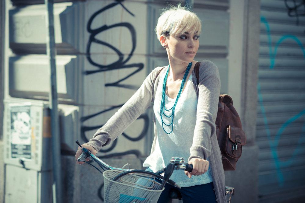 2632185_slecne-divka-pani-zena-kolo-batoh-hipster-blond-kratke-vlasy-mesto-v0.jpg?v=0