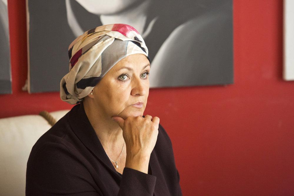 Herečka v seriálu maskuje pleš šátkem na hlavě.