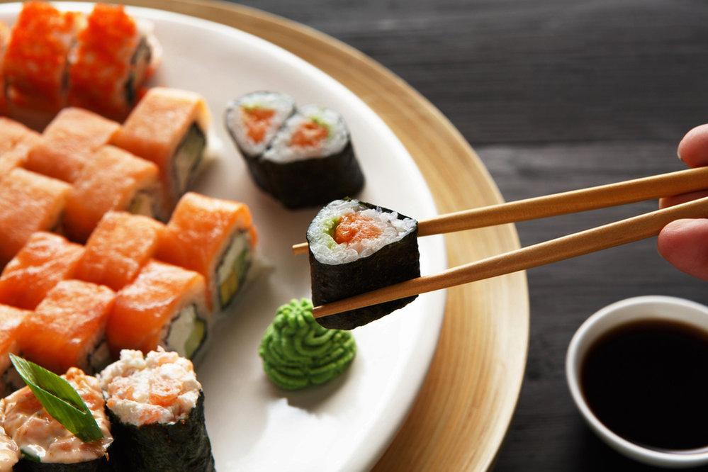 Zkuste návštěvu překvapit sushi hostinou.