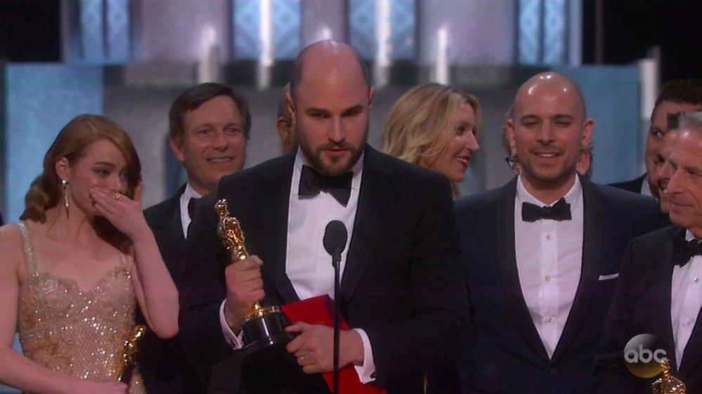 Producent filmu La La Land Jordan Horowitz oznamuje, že jeho film nevyhrál.