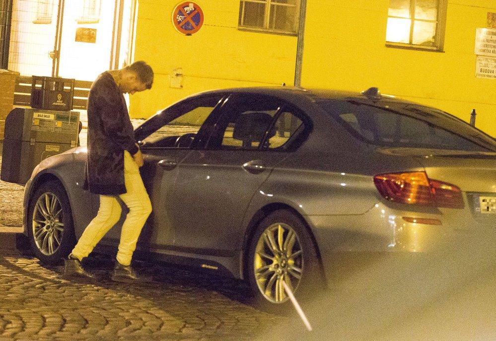 Jakub Prachař se v opilosti vymočil na vlastní auto.