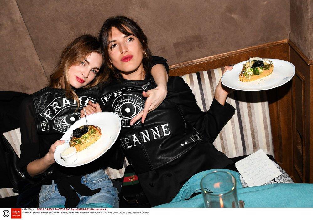 Francouzská módní ikona Jeanne Damas (vpravo) s americkou modelkou Laurou Love na newyorském fashion weeku (2017)