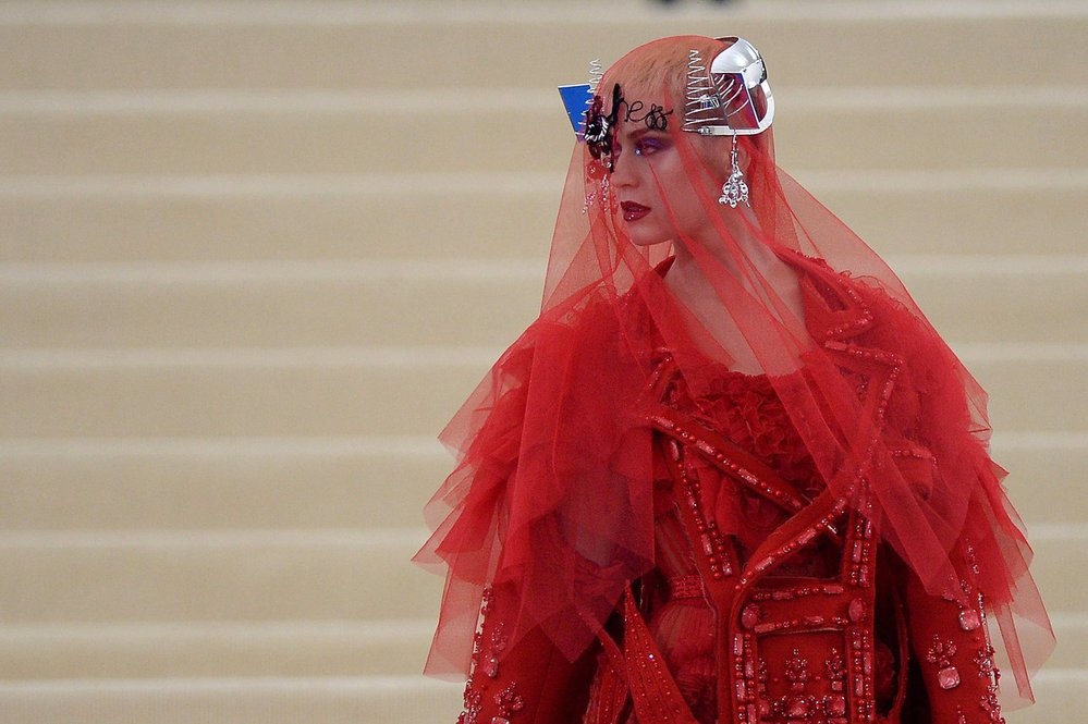 Katy Perry v kostýmu Maison Margiela by John Galliano