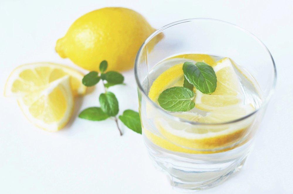 Ať už po tom zhubnete či nikoliv, rozhodně vodu s citronem nezatracujte!
