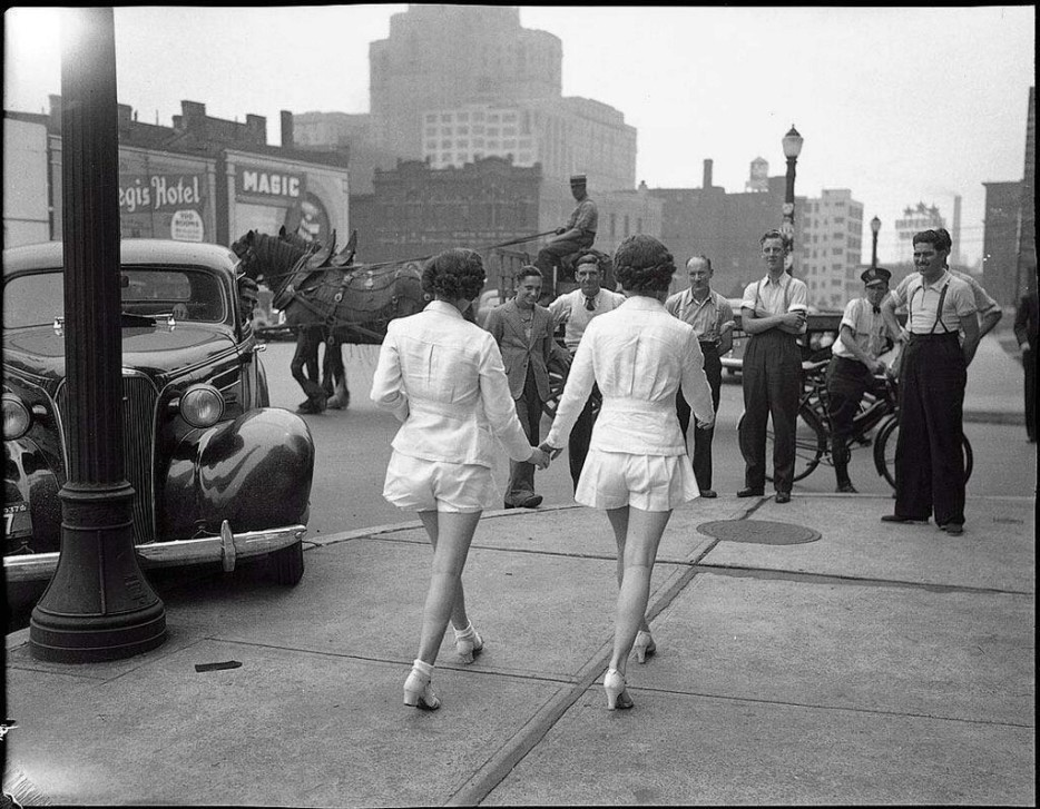 Dvě ženy vůbec poprvé ukazují nohy na veřejnosti, Toronto (1937)