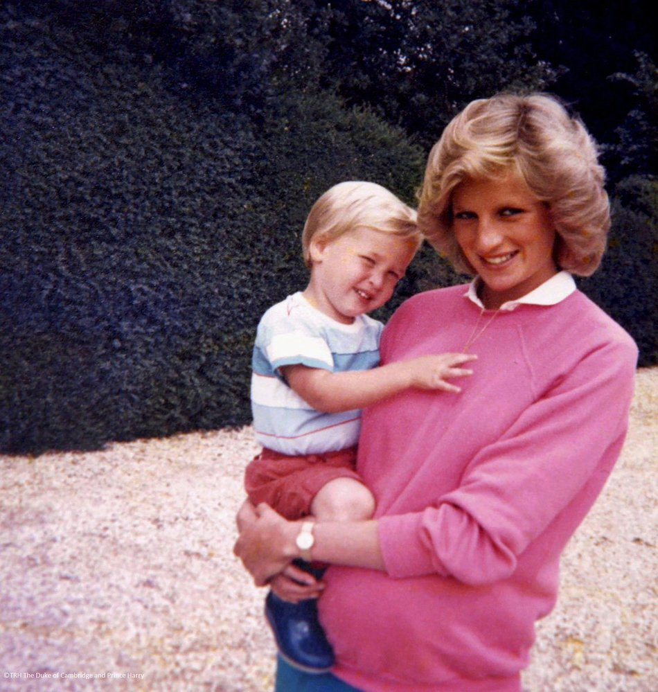 Kensingtonský palác zveřejnil nové snímky princezny Diany, Williama a Harryho