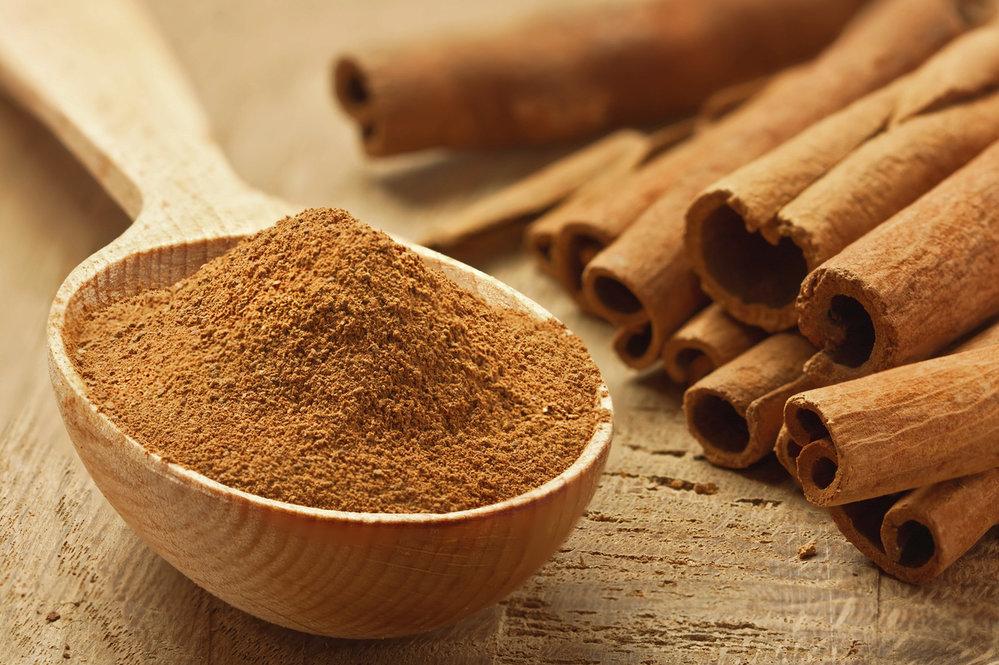 Skořice: Rychle a účinně nastartuje metabolismus, čímž usnadní hubnutí. Podporuje také trávení. Můžete zkusit skořicový čaj nebo skořicové zábaly – skořice totiž působí i zvenčí