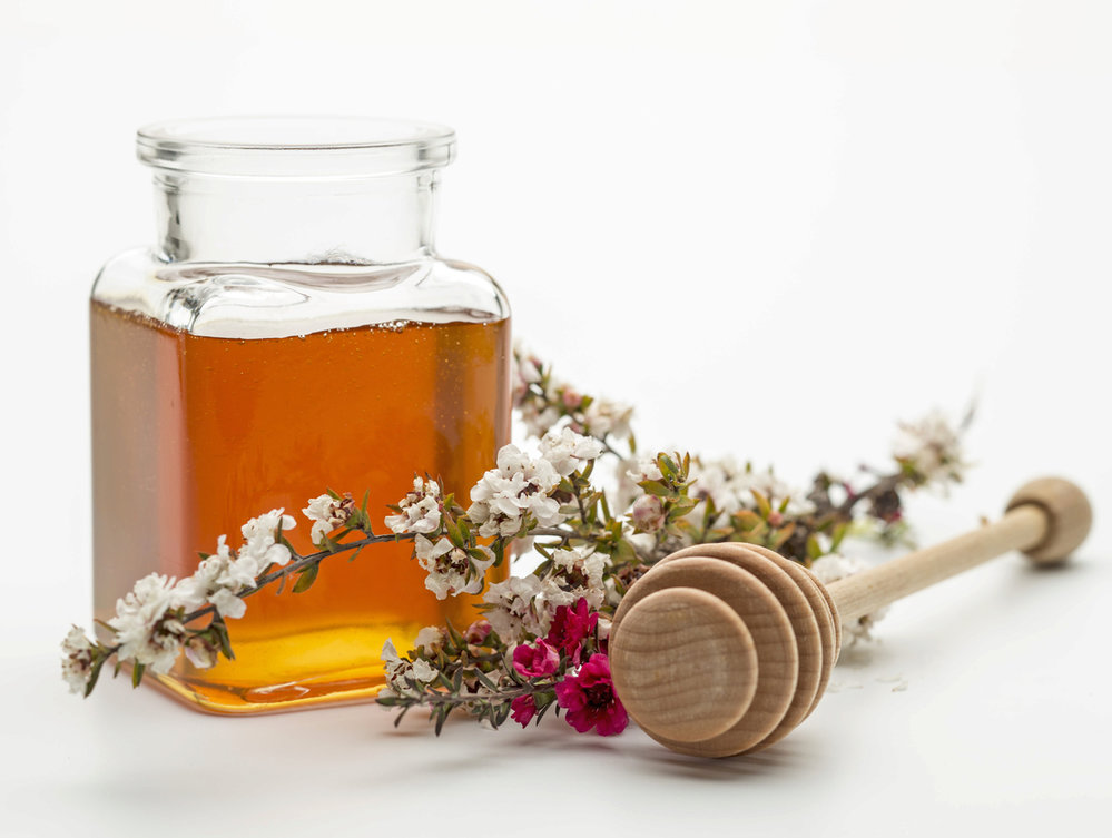 Med z manuky: Že ho neznáte? Tak je načase ho poznat. Manuka je doslova nabitý antioxidant, pomáhá při bolestech v krku, má antibakteriální účinky a rychleji léčí rány