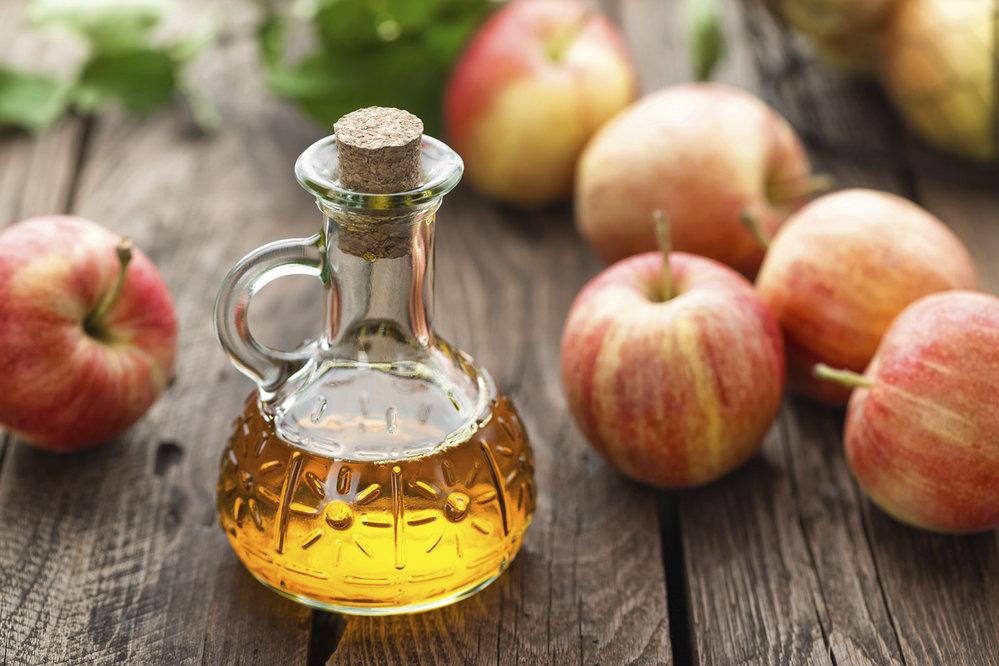 Jablečný ocet: Hodí se jako přísada do salátů. Kromě toho, že posiluje imunitu a dodává energii, pomáhá při hubnutí tím, že snižuje glykemický index potravin, zejména chleba a těstovin. Před jídlem vypijte sklenku jablečného octa a efekt znásobíte
