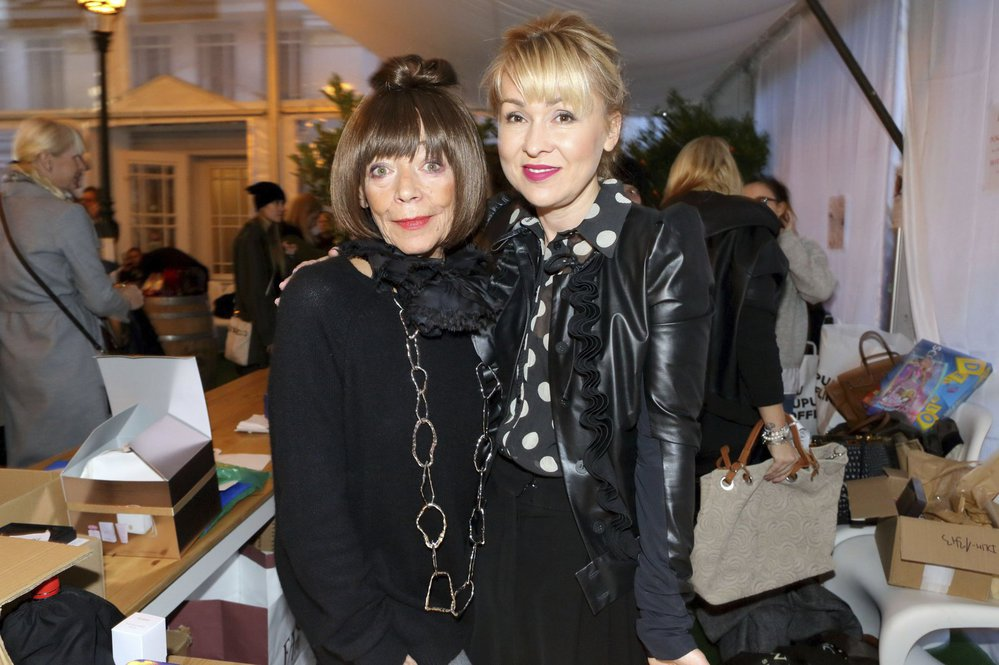 Františka Čížková a  Kateřina Hrachovcová na charitatvním bazaru