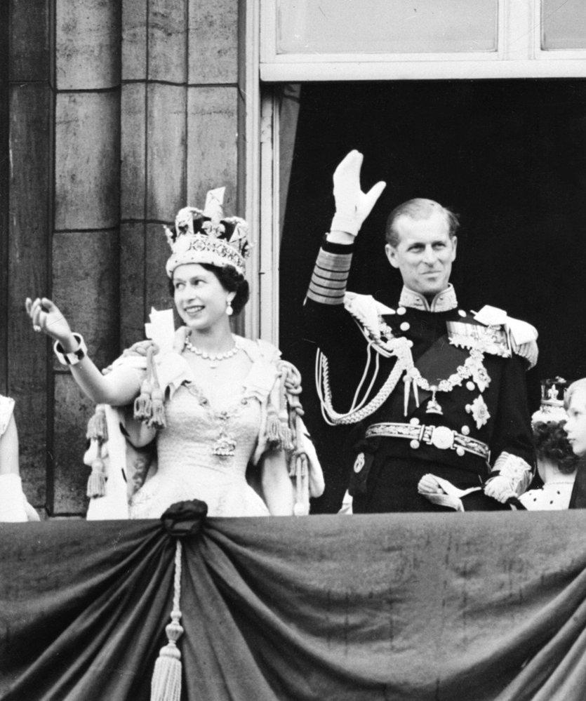 """Korunovace královny Alžběty proběhla 2. června 1953. Philip si ani tehdy neodpostil vtipnou poznámku: """"Co to máš za klobouk?"""""""