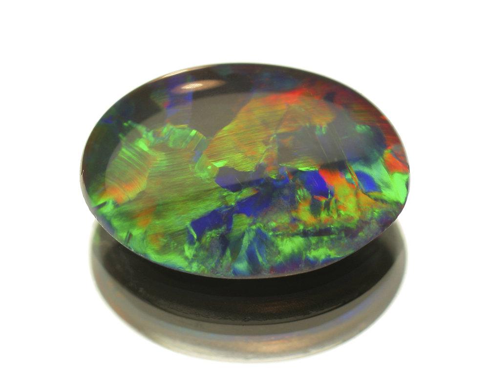 Opál považují Číňané za neviditelný kámen, který je mystický. Když si ho dáte pod polštář, dokážete během spánku promlouvat s duchy