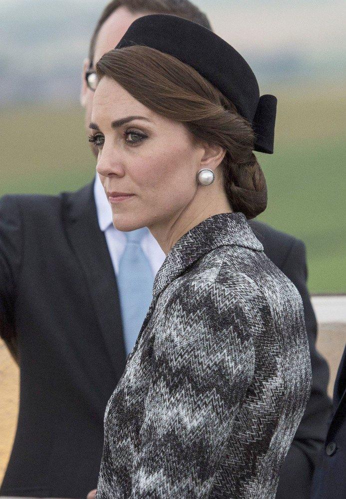 Vévodkyně Kate protokol dodržuje, a proto nosí velmi často klobouček, který mimo jiné ochrání účes před větrem