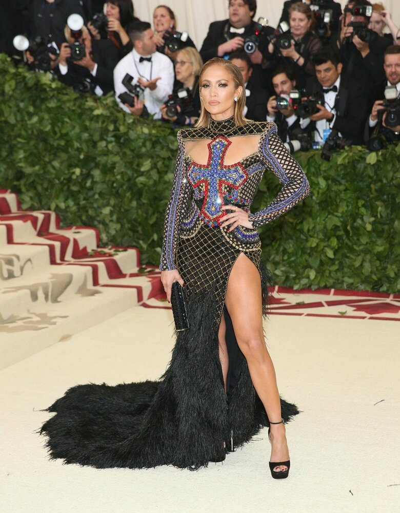 Jennifer Lopez v šatech Balmain