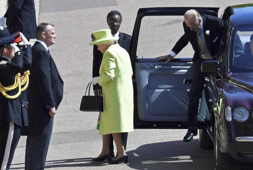 Královna Alžběta II. zvolila na svatbu kostýmek a klobouk v limetkové barvě