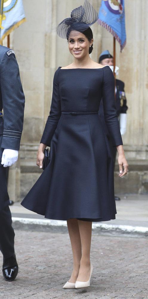 Vévodkyně Meghan opět předvedla svůj oblíbený lodičkový výstřih, tentokrát v šatech Dior