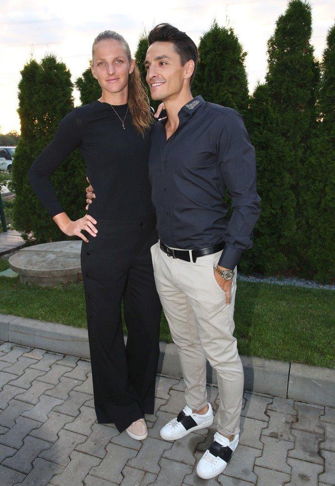 Karolína na oslavu 1. narozenin Casina Magic Planet Gold oblékla černé přiléhavé tričko s dlouhým rukávem a černé kalhoty s volnými nohavicemi. K outfitu obula oblíbené tenisky
