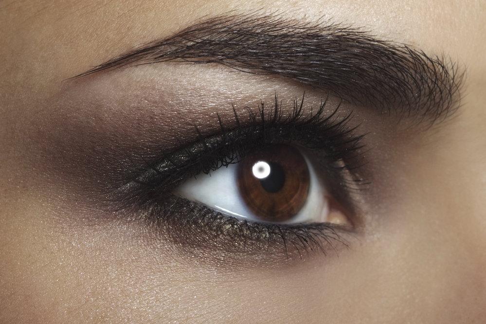 Tmavě hnědé oči