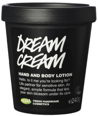 Tělový krém LUSH Dream Cream, 545 Kč (250 ml), koupíte na www.lush.cz nebo v kamenných prodejnách