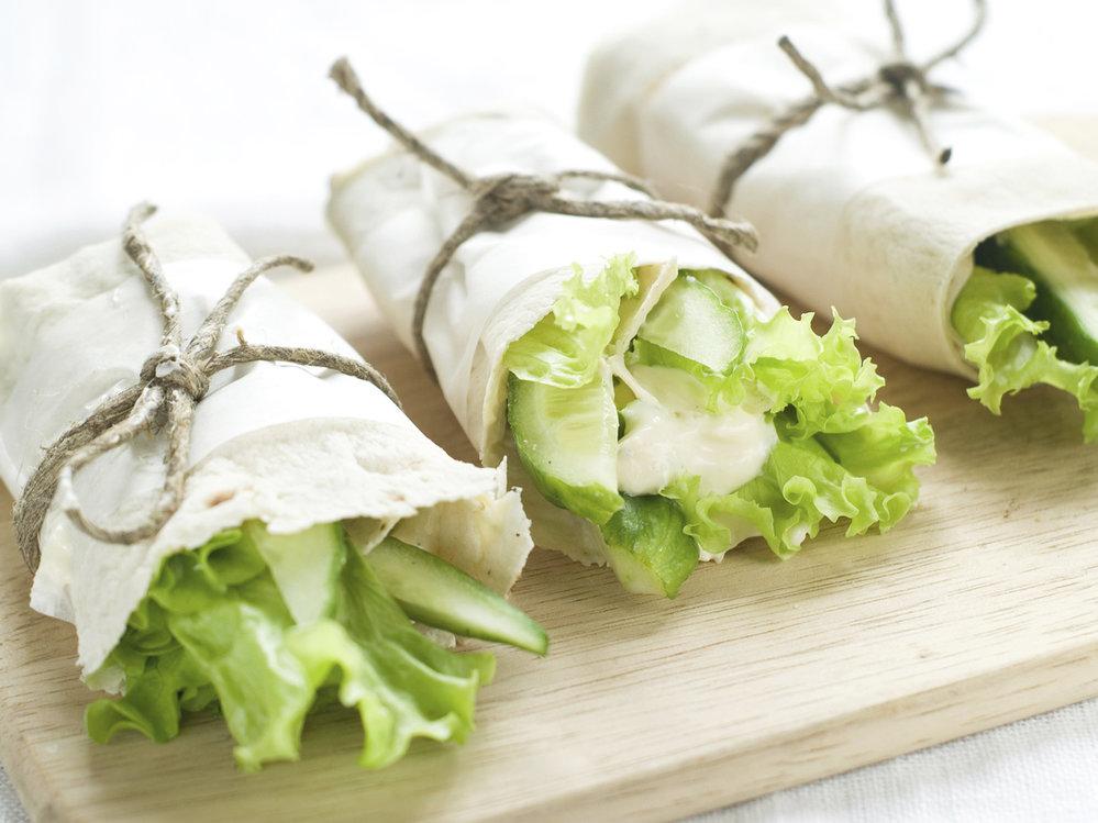 Tuňákové wrapy s okurkou a salátem