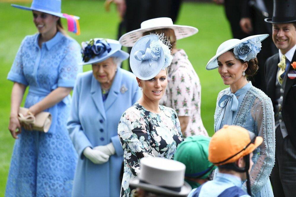 Zleva v modré: princezna Beatrice, královna Alžběta II., Zara Tindall a vévodkyně Kate