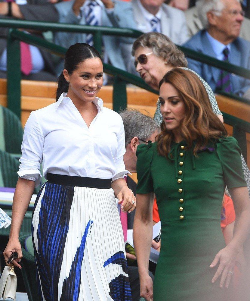 Ani vévodkyni Kate, ani Meghan se outfity na finále Wimbledonu moc nepovedly